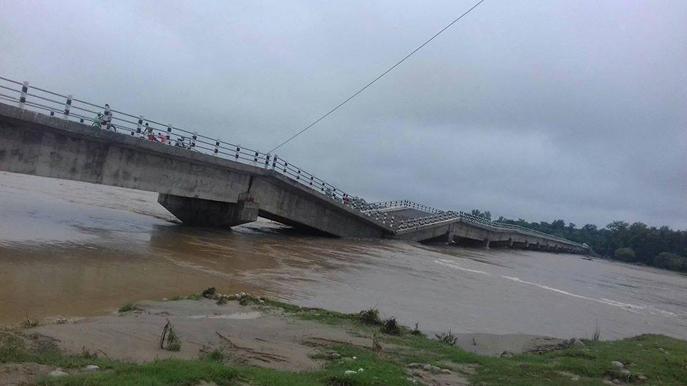 बबई नदीमा आएको बाढीका कारण पुल भत्कियो