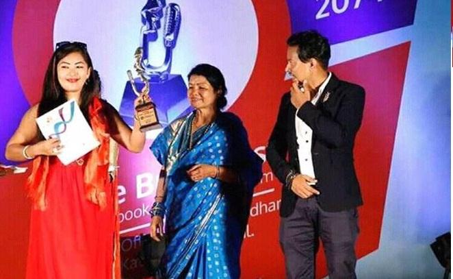 गायिका पुजा सुनुवार उत्कृष्ट आधुनिक गायिका २०७४ बाट सम्मानित