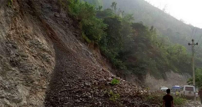 शनिबार रातिको अविरल वर्षाका कारण पहिरो जादा  नारायणगढ–मुग्लिन सडक अवरुद्ध