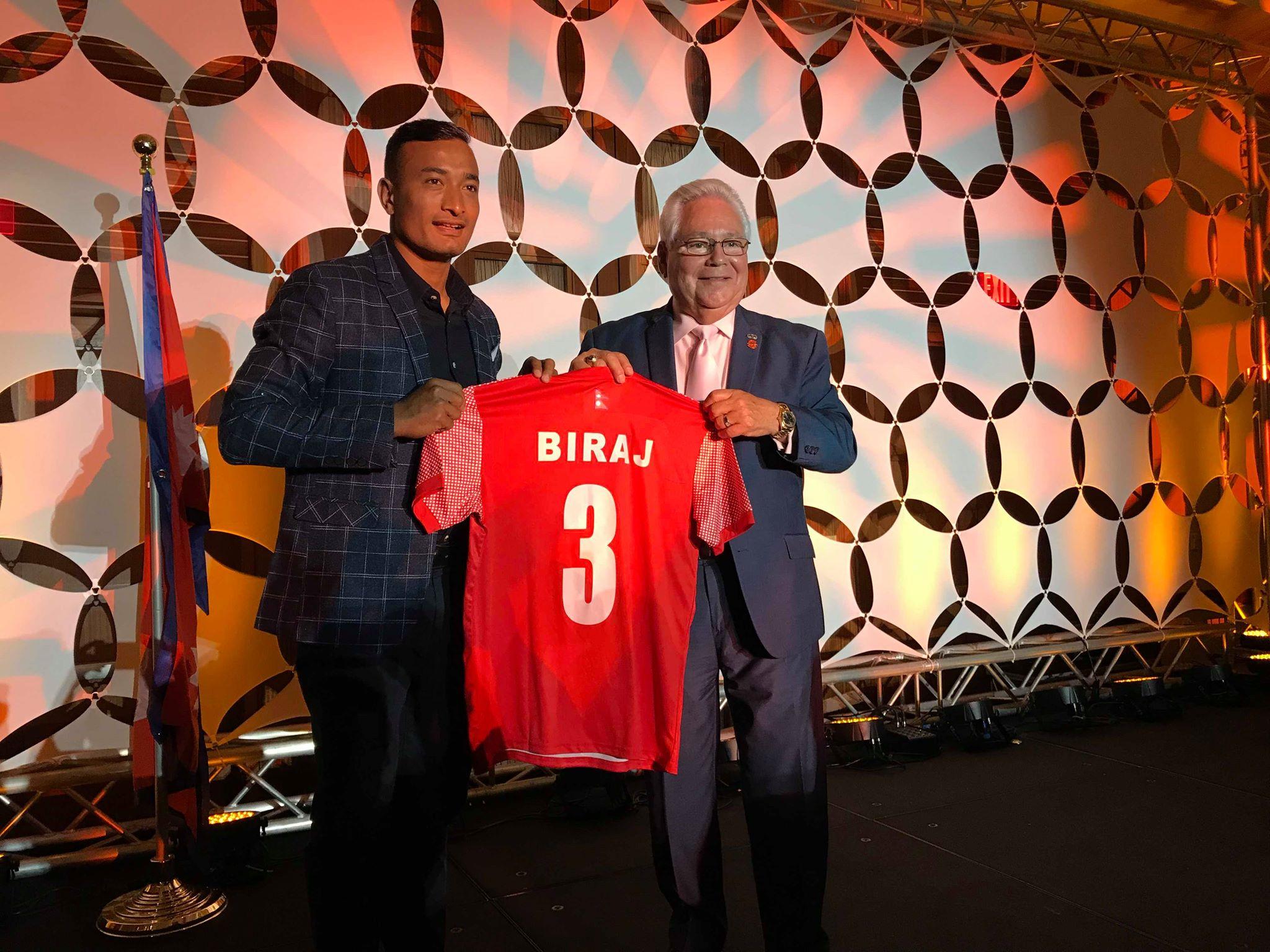 नेपाली फुटबलका कप्तान महर्जनको जर्सी अमेरिकाको क्यालिफोर्निया राज्यका सिनेटरको कार्यालयमा