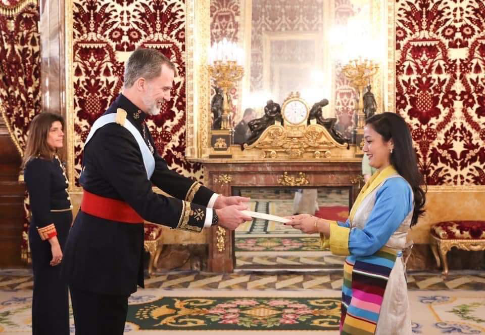 स्पेनका राजा फिलीपे छैटौं समक्ष राजदूत दावाफुटी शेर्पाद्वारा ओहोदाको प्रमाणपत्र ग्रहण