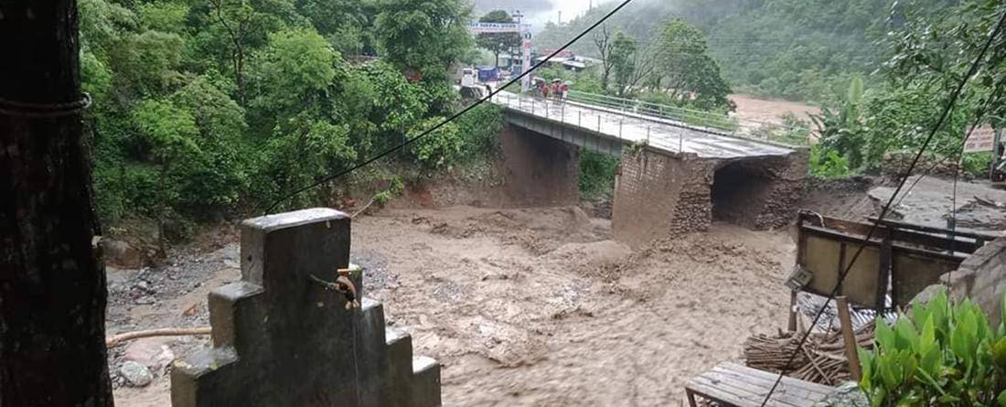 पृथ्वी राजमार्गको धादिंग खण्डमा पहिरोले सडक अबरुद्ध , काठमाडौको मुख्य सडक संजाल बिच्छेद