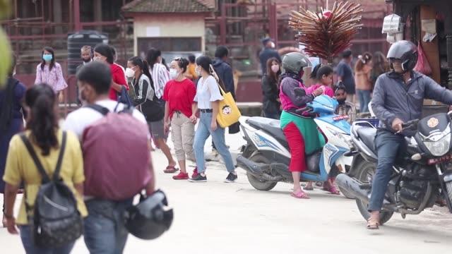 काठमाडौमा संक्रमितको संख्या  र भिडभाड पनि बढयो , प्रहरीले  कडाई गर्दे