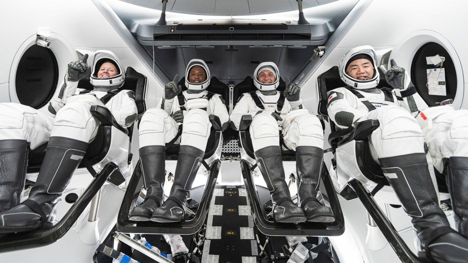 चार जना अन्तरिक्ष यात्री पृथ्वीमा अवतरण