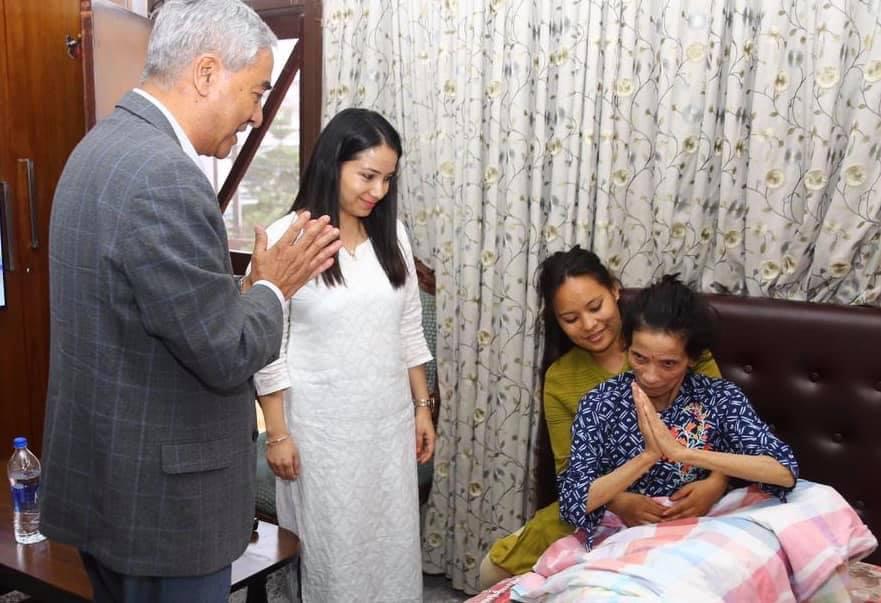 प्रचण्ड पत्नी सिताको स्वास्थ्य अवस्था बुझन प्रधनमन्त्री देउवा पुगे खुमलटार