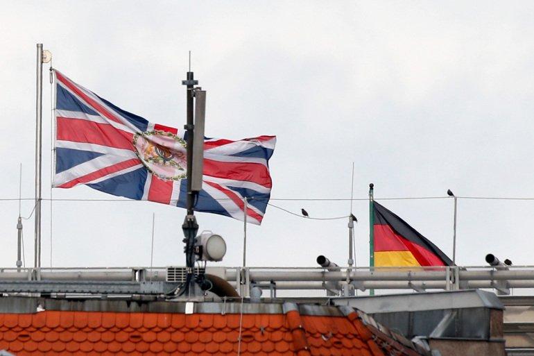 जर्मन प्रहरीले बेलायतका  कुटनीतिज्ञलाई नियन्त्रणमा लिए